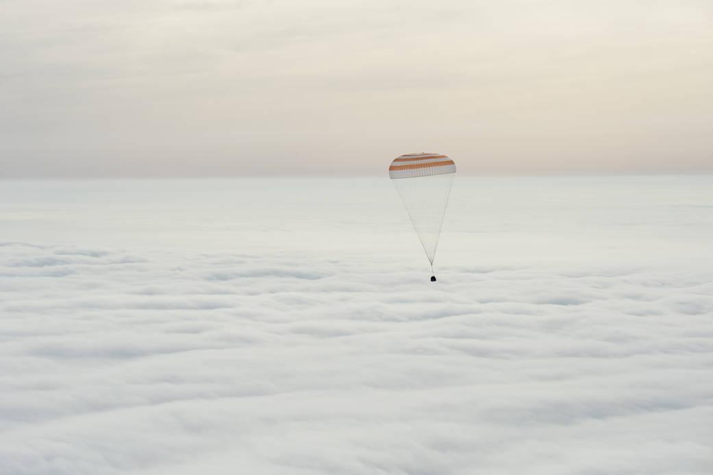 上空のパラシュートの写真
