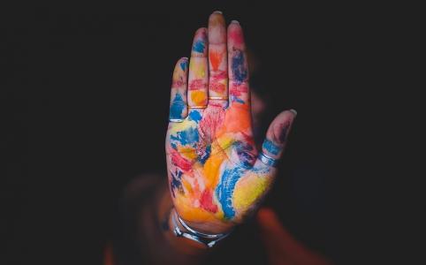 ペイントされた掌の写真